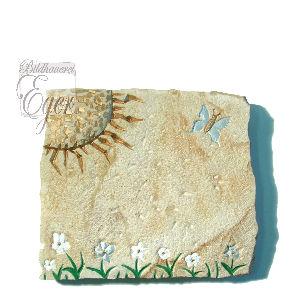 Kindergrabstein-Blumenwiese-mit-Schmetterling-liegend